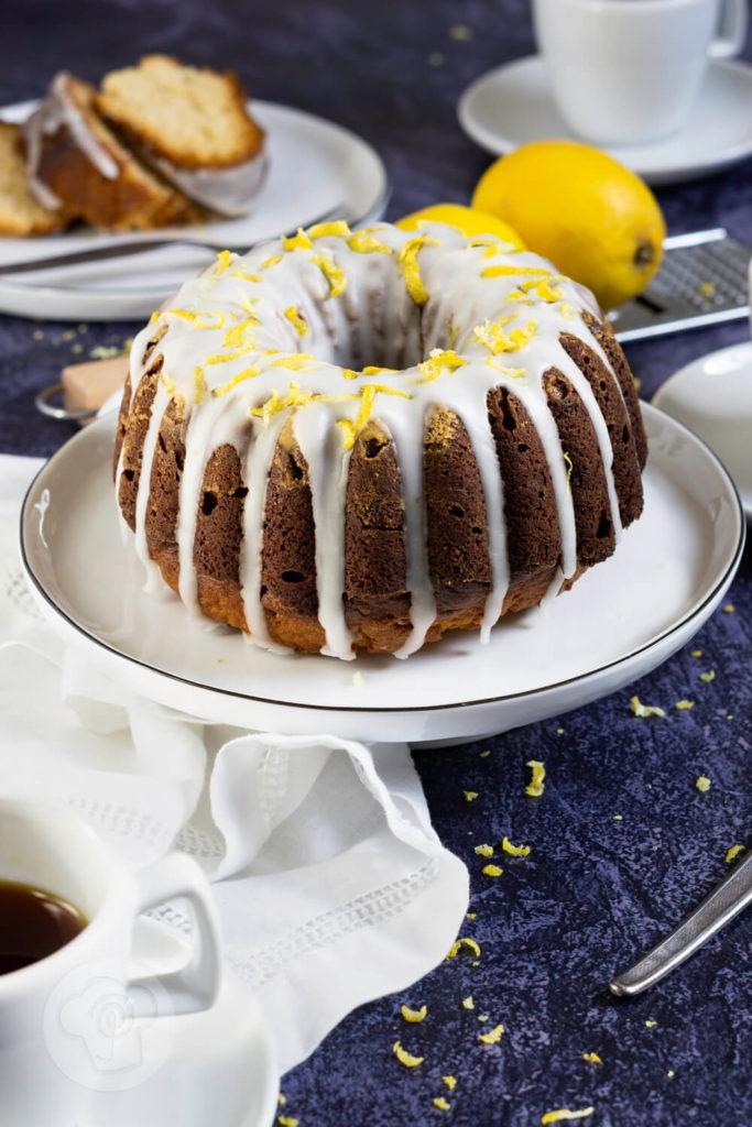 Rezept zum Backen. Fruchtig frischer Gugelhupf mit Lemon Curd und Zitronensaft. So könnt ihr euch den Geschmack des Sommers ganz einfach nach Hause holen. Küchentraum & Purzelbaum