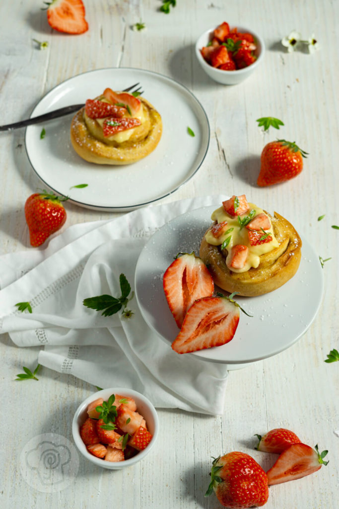 Rezept zum Backen. Fluffige Puddingschnecken aus Hefeteig mit Vanille und Erdbeeren. Dazu ein leckeres Erdbeerragout mit Waldmeister. Perfekt zu Muttertag oder einfach so. Der Teig kann am Vorabend zubereitet werden und dann im Kühlschrank über Nacht gehen. Küchentraum & Purzelbaum