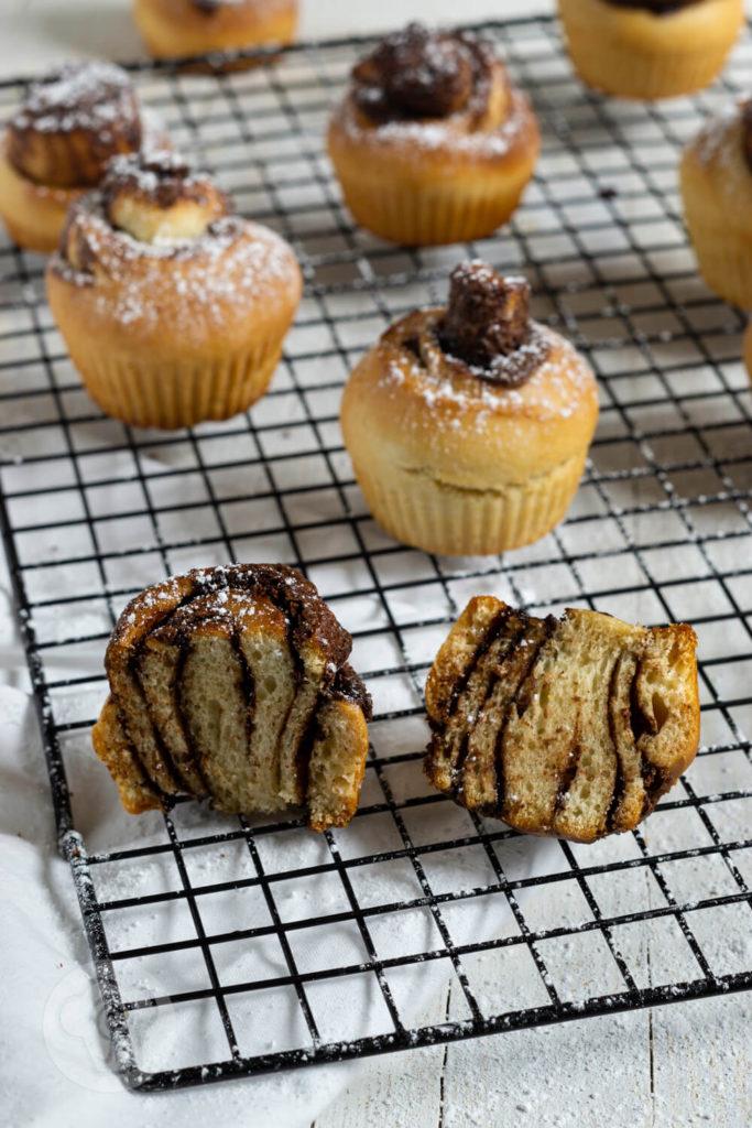 Rezept zum Backen. Süße Hefeschnecken in Muffinform mit Nutella. Diese leckeren Schnecken aus fluffigem Hefeteig mit einer feinen Schokofüllung müsst ihr ausprobieren. Küchentraum & Purzelbaum