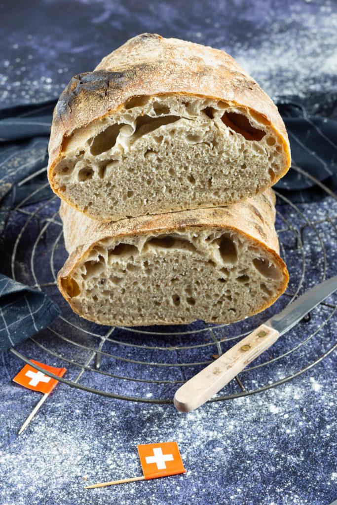 Rezept zum Backen. Dieses tolle und luftige Solothurner Brot müsst ihr unbedingt mal probieren. Durch Sauerteig wird es schön aromatisch. Typisch für das Brot ist die Kropfbildung an der Seite. Erfahrt außerdem, was Solothurn mit der Zahl 11 zu tun hat. Küchentraum & Purzelbaum