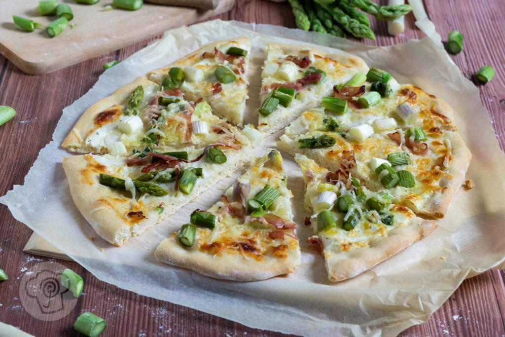 Rezept zum Backen. Diese Pizza Bianca mit Spargel musst du unbedingt ausprobieren. Sie ist eine tolle Alternative zur normalen Pizza und mit meinem Rezept für den perfekten Pizzateig ist das Arbeiten mit Hefeteig kein Problem mehr. Küchentraum & Purzelbaum
