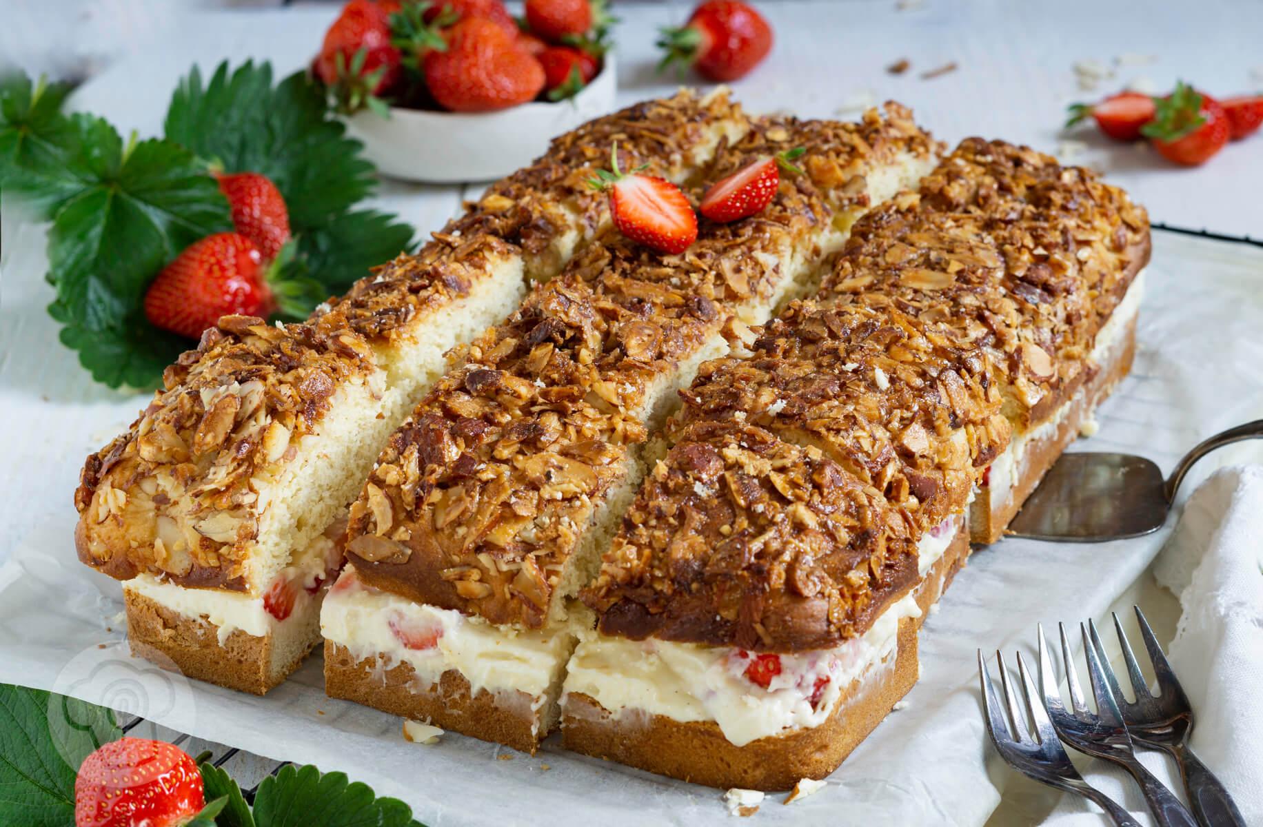 Read more about the article Bienenstich mit Erdbeeren