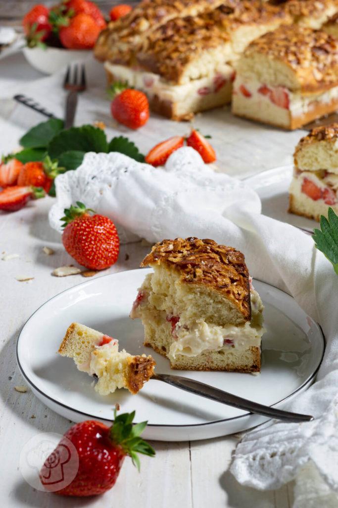 Rezept zum Backen. Du magst Erdbeeren und du magst Bienenstich? Dann musst du diesen fruchtigen Bienenstich mit Erdbeeren unbedingt ausprobieren. Eine sommerliche Interpretation des Klassikers mit Hefeteig. Küchentraum & Purzelbaum