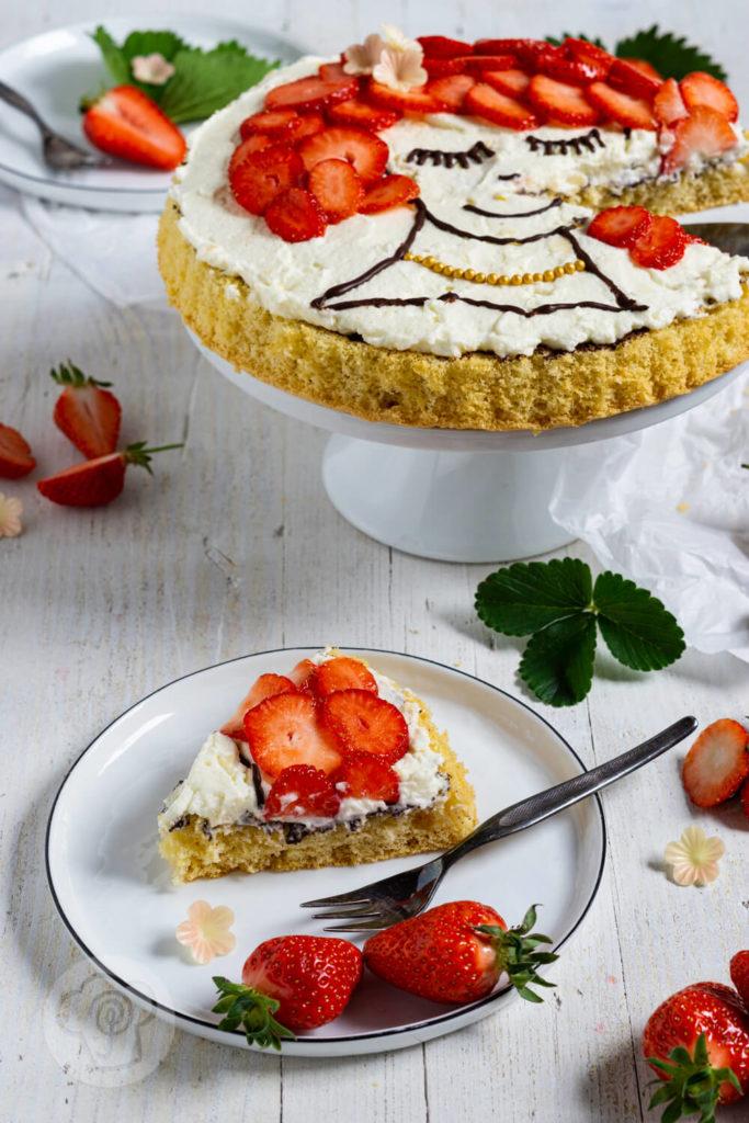 Rezept zum Backen. Diese fruchtige Torte mit Gesicht und lockerem Biskuit zaubert deinen Gästen garantiert ein Lächeln ins Gesicht. Zusammen mit Schokolade und Sahne entsteht eine schnelle und einfache Erdbeertorte. Küchentraum & Purzelbaum