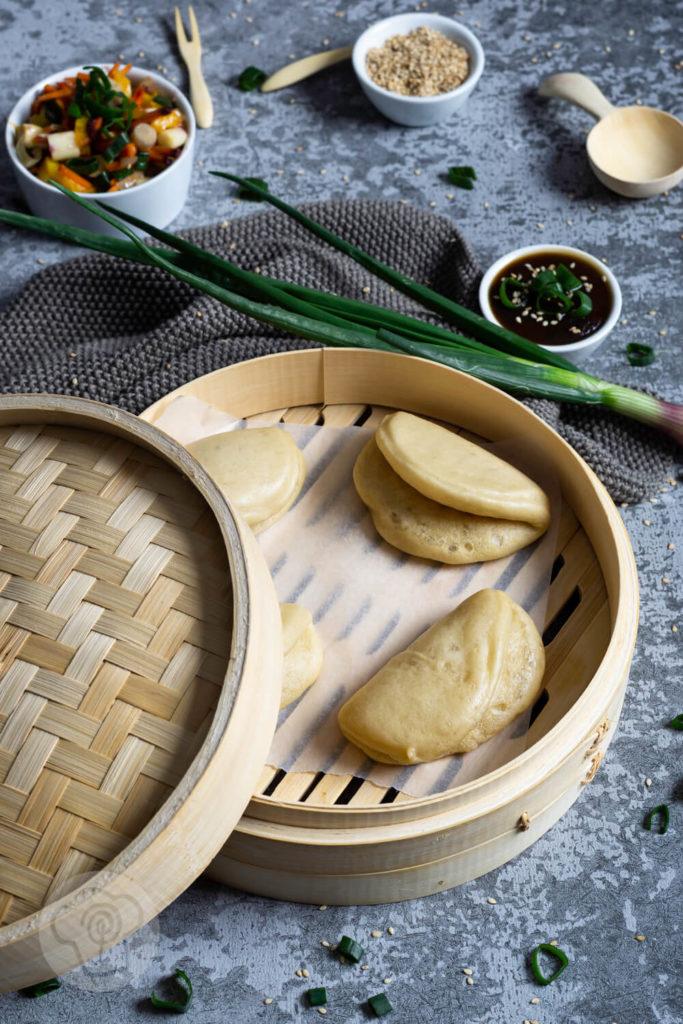 Bao Buns sind gedämpfte asisatische Teigtaschen, die als Grundlage für den Gua Bao Burger dienen. Ich zeige dir hier, wie du die leckeren Brötchen ganz einfach selber machen kannst um daraus einen vegetarischen Burger zu zaubern. Küchentraum & Purzelbaum