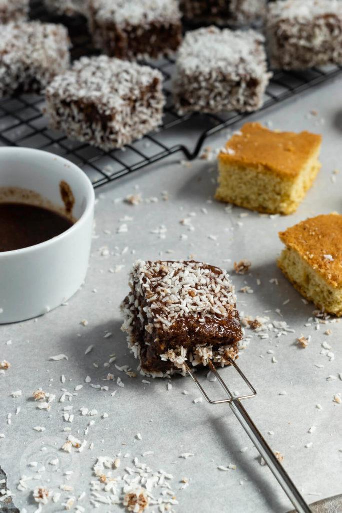 Rezept zum Backen. Einfaches Rezept für leckere Lamingtons. Diese kleinen Kuchenwürfel mit Schokoglasur und Kokos musst du probieren. Hol dir ein Stück Australien nach Hause. Hier in Europa kennt man sie auch als Kokoswürfel und Cupavci. Küchentraum & Purzelbaum