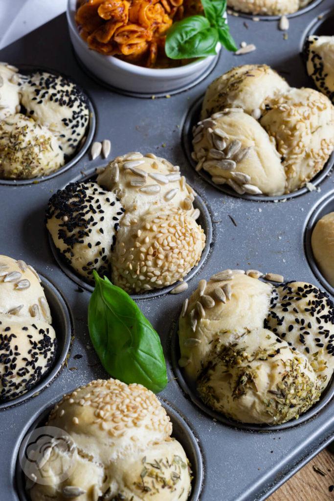 Rezept zum Backen. Herzhafte Monkey Bread Muffins mit Saaten. Perfekt zum Grillen oder wenn Gäste kommen. Diese Brötchen musst du ausprobieren. Küchentraum & Purzelbaum