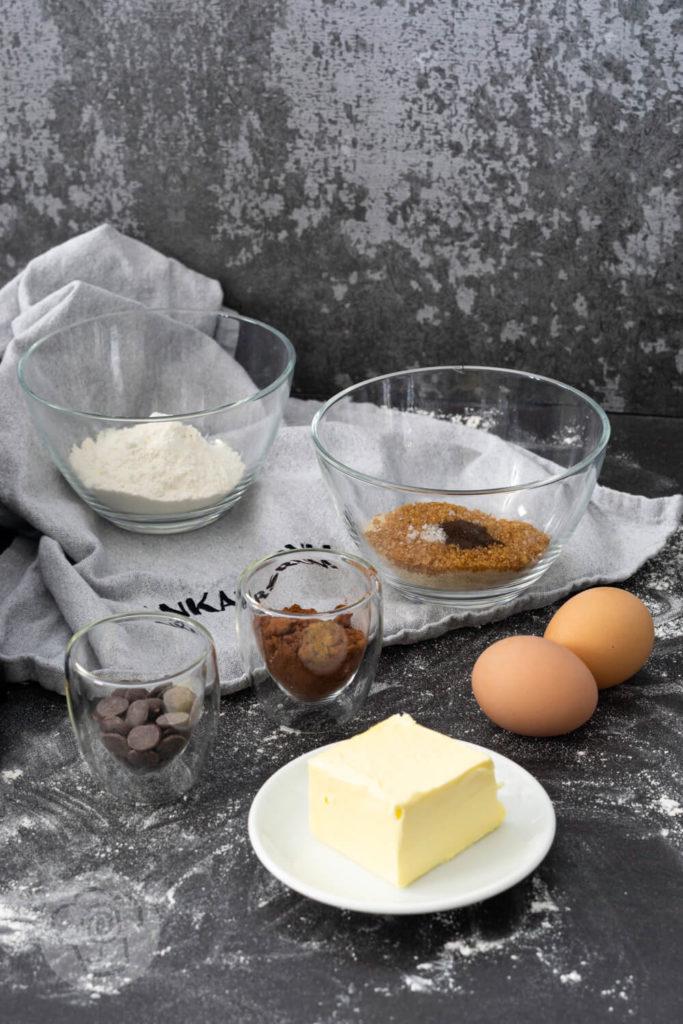 [Werbung] Rezept zum Backen. Wer Brownies mag wird diesen schwedischen Schokokuchen oder Kladdkaka lieben. Erfahr neben dem Rezept außerdem noch, was eine schwedische Fika ist und lerne die Ankarsrum Assistent Original kennen. Küchentraum & Purzelbaum