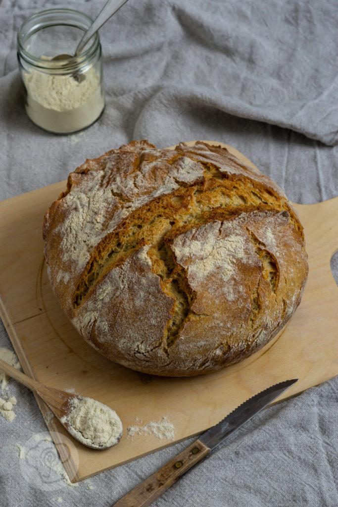 Pane di grano duro (italienischen Hartweizenbrot) - Brotlaib auf Holzbrett