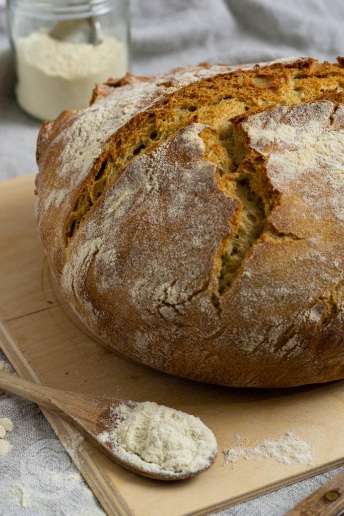 Pane di grano duro (italienischen Hartweizenbrot) - Brotlaib auf Holzbrett mit Hartweizenmehl