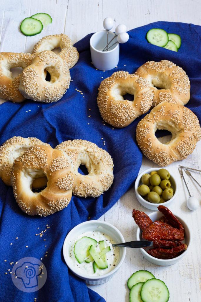 Griechische Sesamringe - Sesamkringel mit Tzatziki, Oliven und getrockneten Tomaten dekoriert