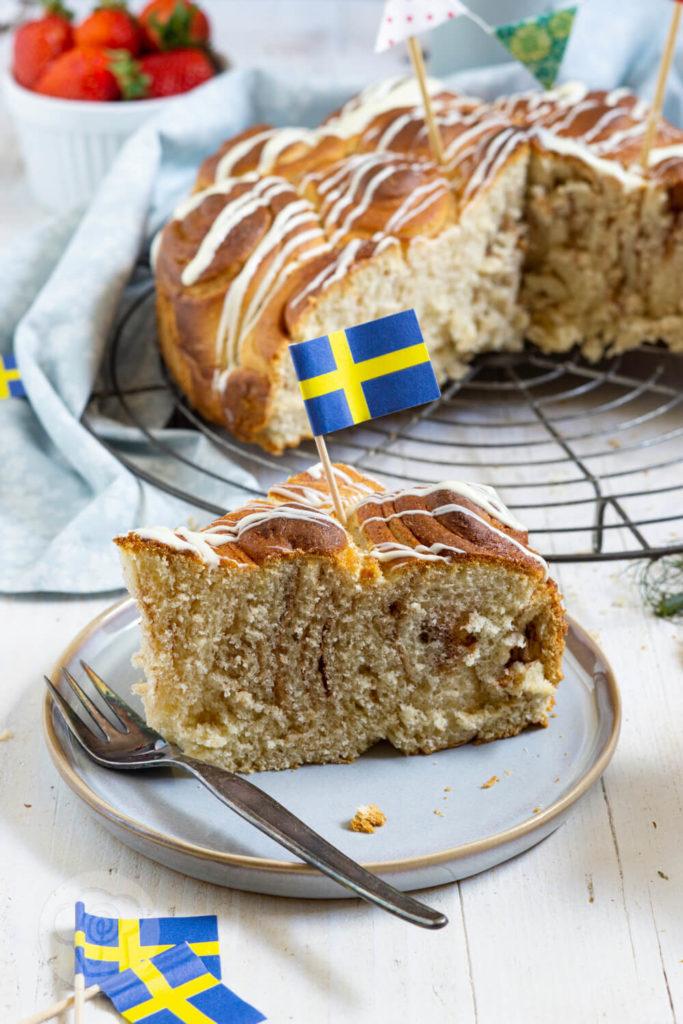 Zimtschneckenkuchen - Kuchenstück auf einer Teller mit Gabel