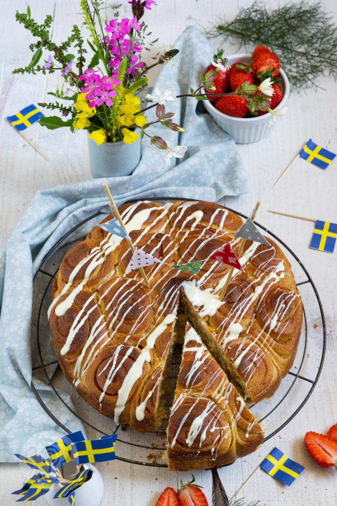 Zimtschneckenkuchen - angeschnitten, Mit Wildblumen und Erdbeeren dekoriert