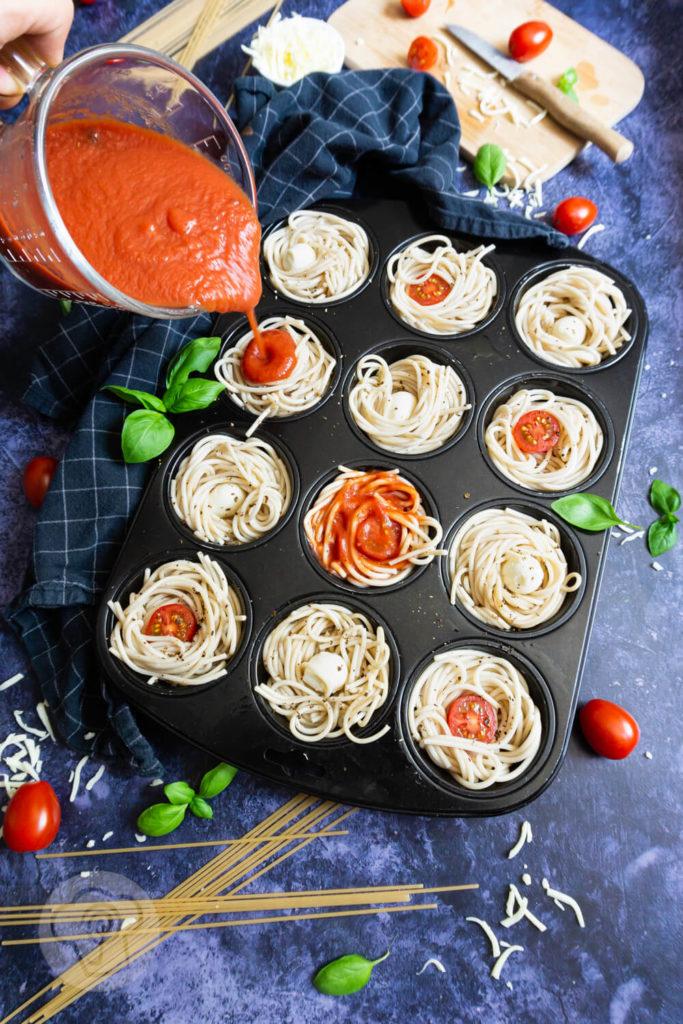 Spaghetti Muffins ungebacken im Muffinblech