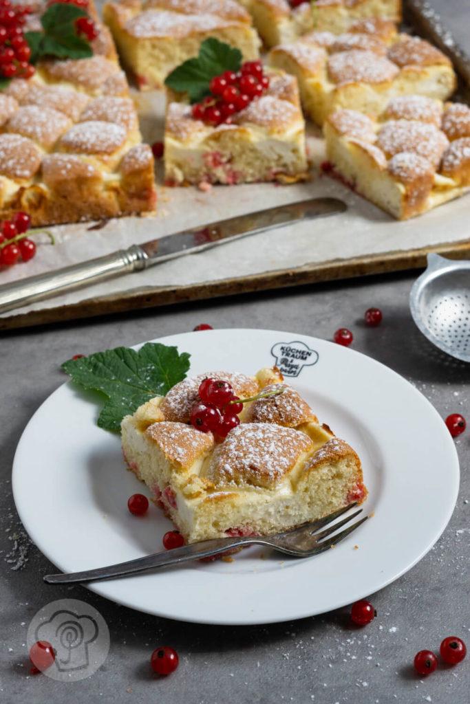Stück Steppdeckenkuchen auf einem Teller mit Kuchengabel.