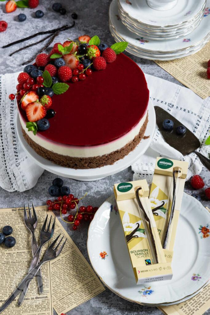 Panna Cotta Torte auf Etagère und Vanilleschoten