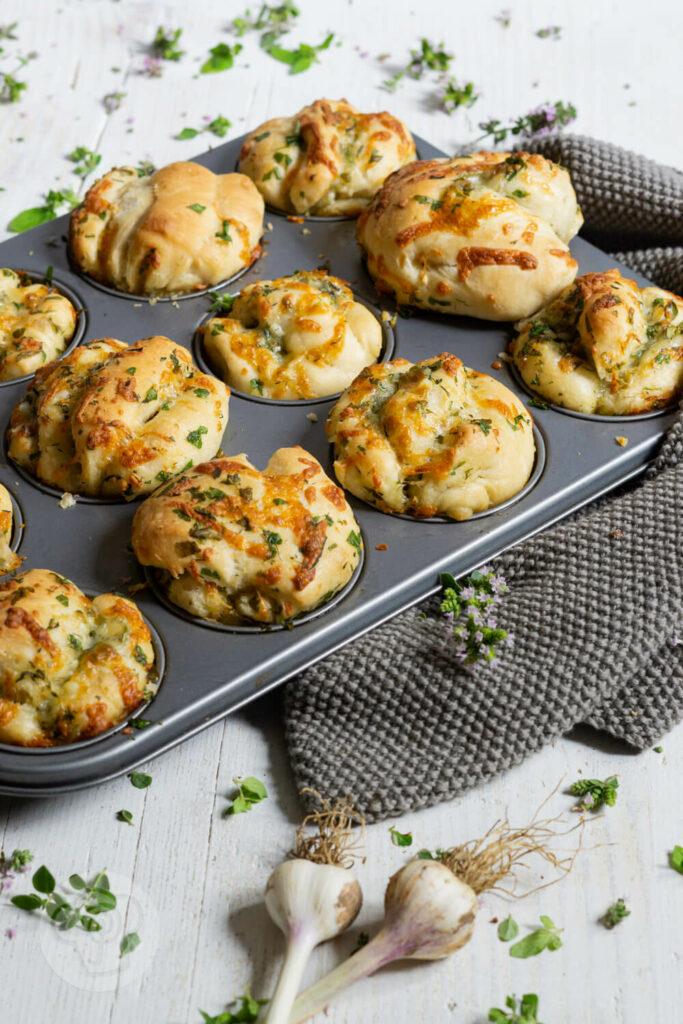 Muffinblech mit Kräuter Zupfbrotmuffins und Knoblauch