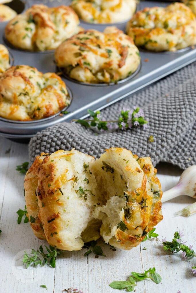 Zupfbrot Muffin, im Hintergrund Muffinblech