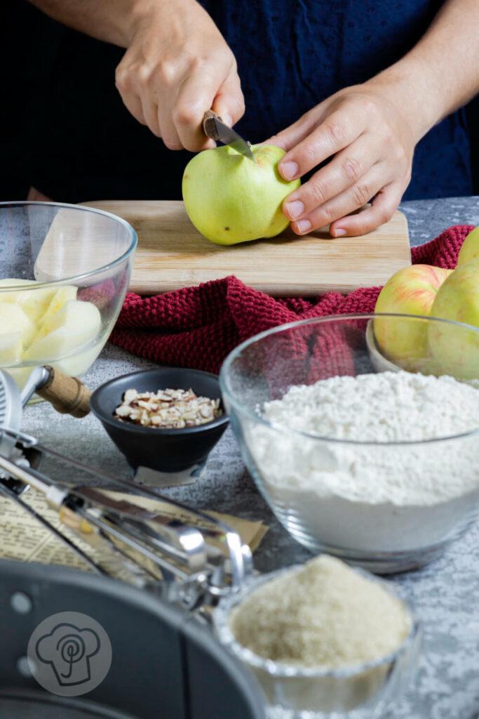 Einfacher gedeckter Apfelkuchen mit Nüssen. Zutaten.