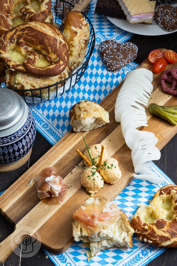 Käse Laugenbrezeln im Brotkorb mit einem Bierkrug und einer Vesperplatte